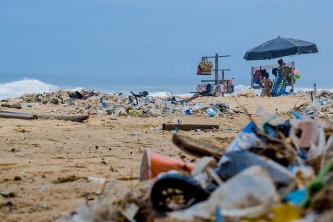 plastic rietjes op strand